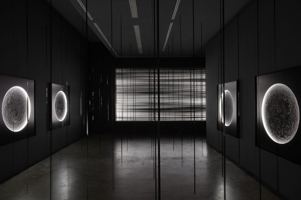 """Žilvinas Kempinas. Illuminators (2015), White Noise (2007), Verticals (2015). Instaliacija """"IKON"""" galerijoje, Birmingeme (Jungtinė Karalystė)"""